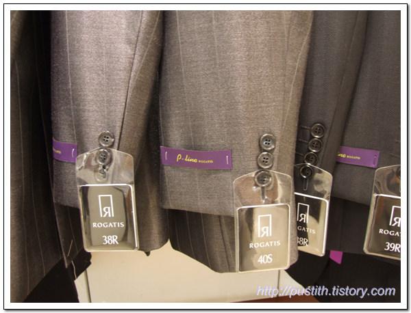 5f83b797674 로가디스에서 젊은 층의 고객들 대상으로 판매하고 있는 P-Line 수트입니다. 허리와 등의 라인을 수트를 입는 남성의 몸에 피팅되도록  생산한 라인이라고 하더군요.